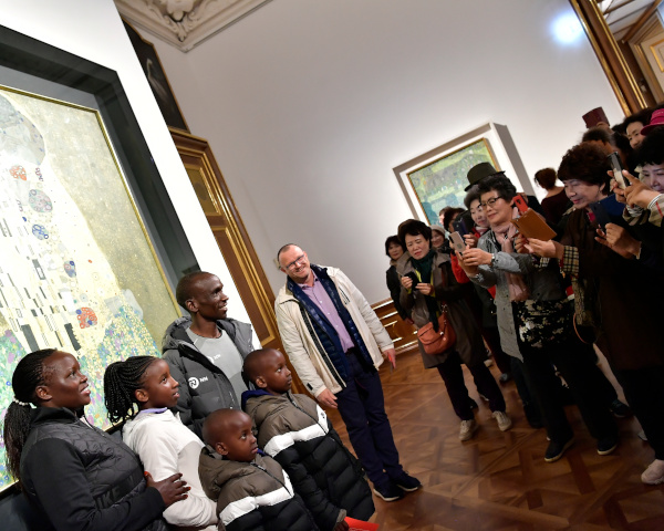 Eliud Kipchoge together with his family at Museum Belvedere at the painting 'Der Kuss' - 'The Kiss'  by Gustav Klimt. Picture: VCM / Leo Hagen